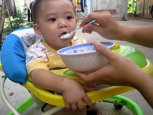 Cho trẻ ăn dặm đúng cách - 1