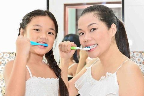 Cùng mẹ con mỹ lệ học chải răng đúng cách - 3