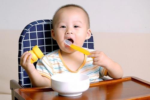 Chiêu độc giúp con nhanh biết nhai cơm - 1