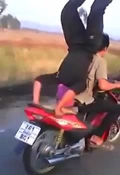 clip nam thanh niên trồng chuối trên chiếc xe máy đang chạy - 1