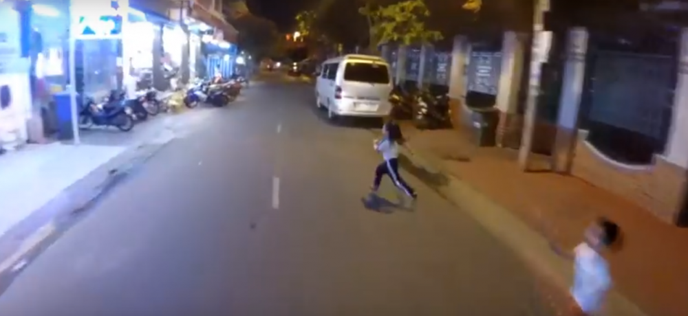 clipbiker chạy exciter 135 rất bình tĩnh khi xảy ra tai nạn với trẻ em - 1