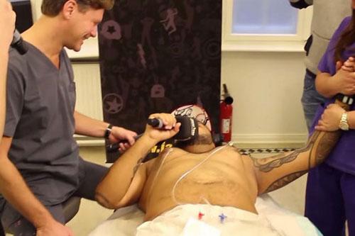 Hé lộ quá trình nâng ngực của đàn ông - 7