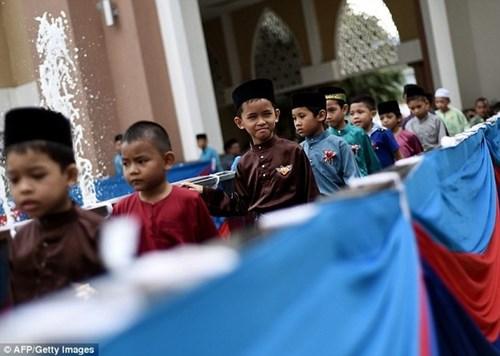 Hơn 100 thiếu niên malaysia tham gia nghi lễ cắt bao quy đầu