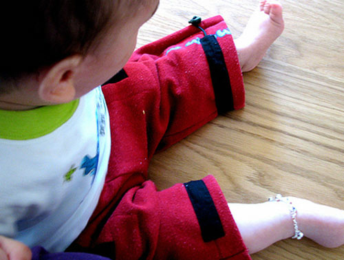 Trẻ đeo bạc thực hư chuyện tránh gió - 1