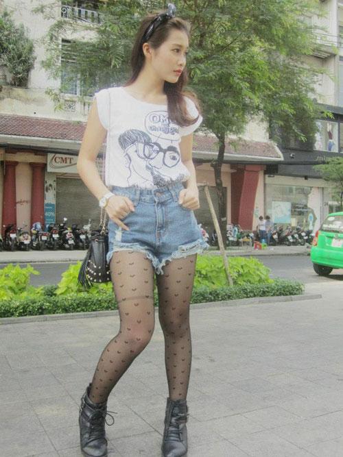 Bắt lỗi thời trang lộ chân quá khổ của khả ngân