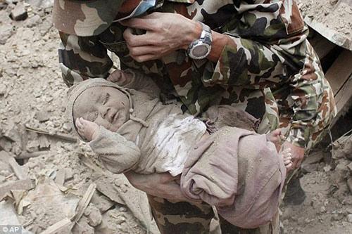 Bé sơ sinh bị chôn vùi trong động đất nepal lớn bổng sau 1 năm - 1