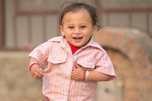 Bé sơ sinh bị chôn vùi trong động đất nepal lớn bổng sau 1 năm - 4