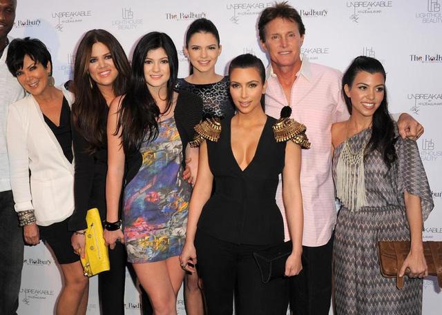 Bố dượng kim kardashian chuyển giới ở tuổi 65 - 2