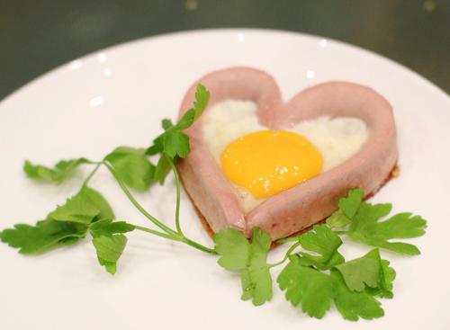 Bữa sáng lãng mạn với trái tim trứng cho valentine - 6
