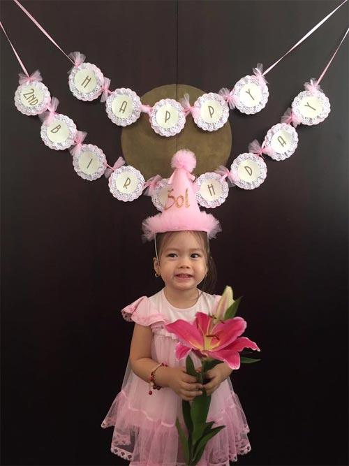 Con gái đoan trang xinh xắn đón sinh nhật 2 tuổi - 2