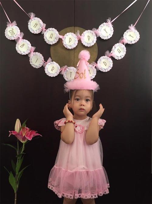 Con gái đoan trang xinh xắn đón sinh nhật 2 tuổi