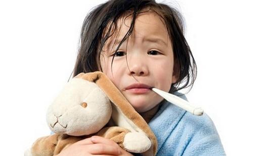 Con sốt tổn thương não vì những sai lầm sau của cha mẹ - 2