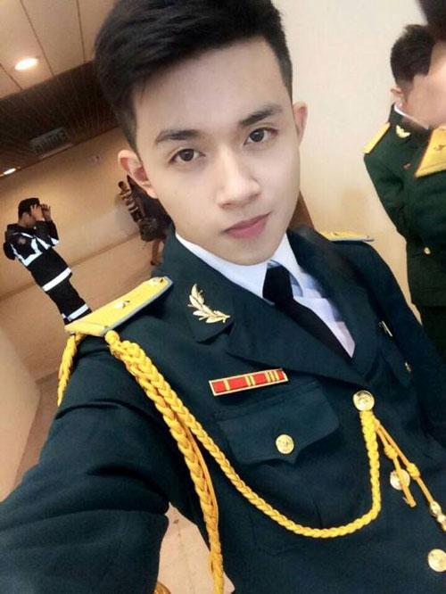 đứng hình trước vẻ đẹp trai của soái ca mặc quân phục