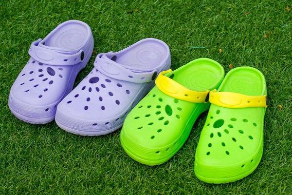 Hàng triệu trẻ em vẫn đi đôi dép này mà không biết nguy hiểm tiềm ẩn - 1