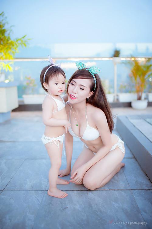 Hotgirl 9x diện bikini đôi cùng con gái khoe eo 60cm bé xíu - 1