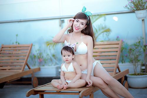 Hotgirl 9x diện bikini đôi cùng con gái khoe eo 60cm bé xíu - 2