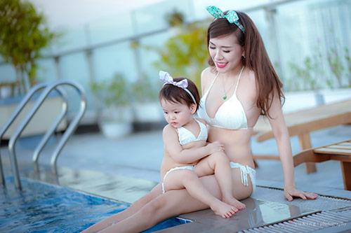 Hotgirl 9x diện bikini đôi cùng con gái khoe eo 60cm bé xíu - 3