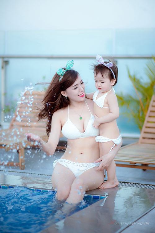 Hotgirl 9x diện bikini đôi cùng con gái khoe eo 60cm bé xíu - 4