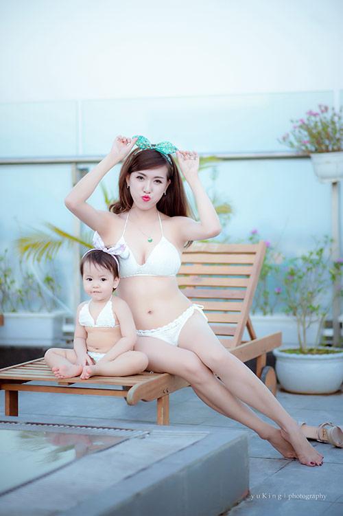 Hotgirl 9x diện bikini đôi cùng con gái khoe eo 60cm bé xíu - 5