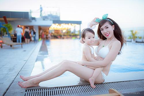 Hotgirl 9x diện bikini đôi cùng con gái khoe eo 60cm bé xíu - 6