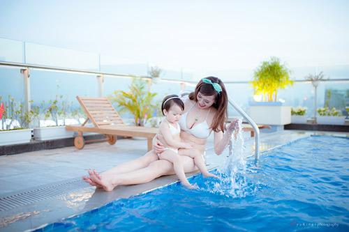 Hotgirl 9x diện bikini đôi cùng con gái khoe eo 60cm bé xíu - 7