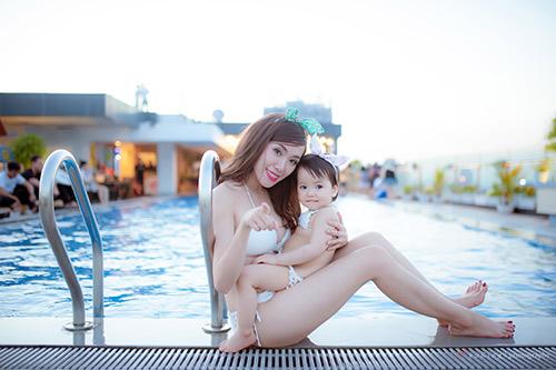 Hotgirl 9x diện bikini đôi cùng con gái khoe eo 60cm bé xíu - 9