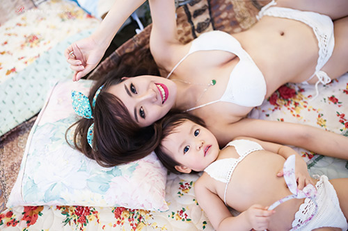 Hotgirl 9x diện bikini đôi cùng con gái khoe eo 60cm bé xíu - 11