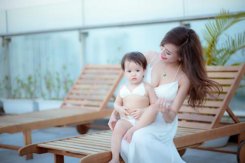 Hotgirl 9x diện bikini đôi cùng con gái khoe eo 60cm bé xíu - 13