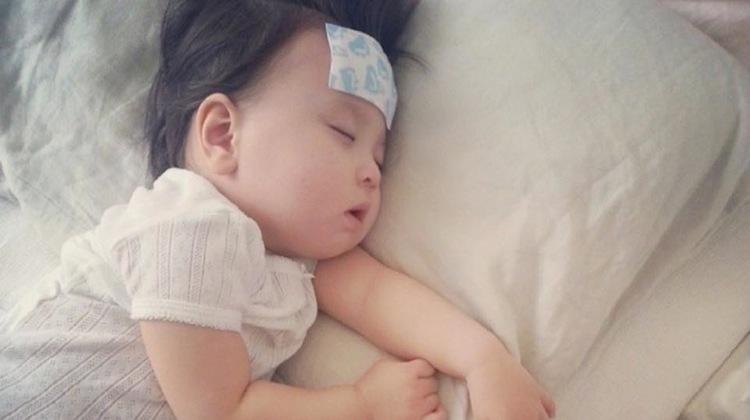 Mẹo dân gian hạ sốt cho trẻ nhanh không cần tới thuốc - 1