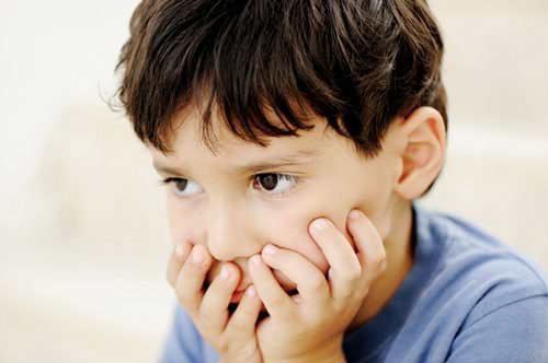 Những dấu hiệu trẻ tự kỷ cha mẹ thường chủ quan không để ý - 1