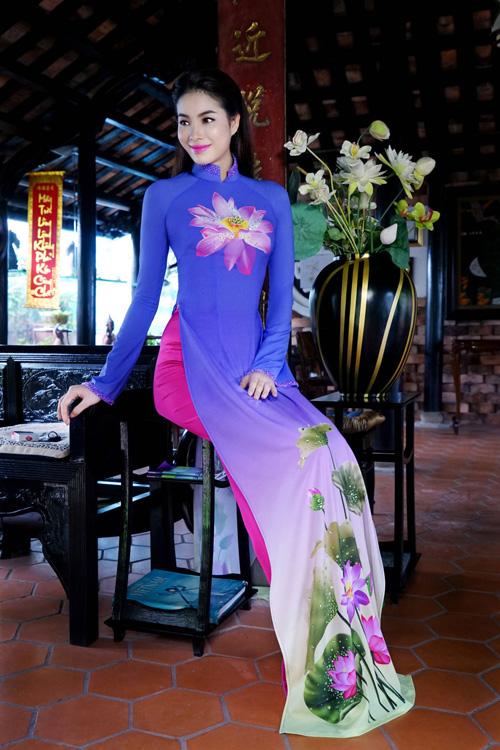 Phạm hương đẹp nao lòng khi diện áo dài việt