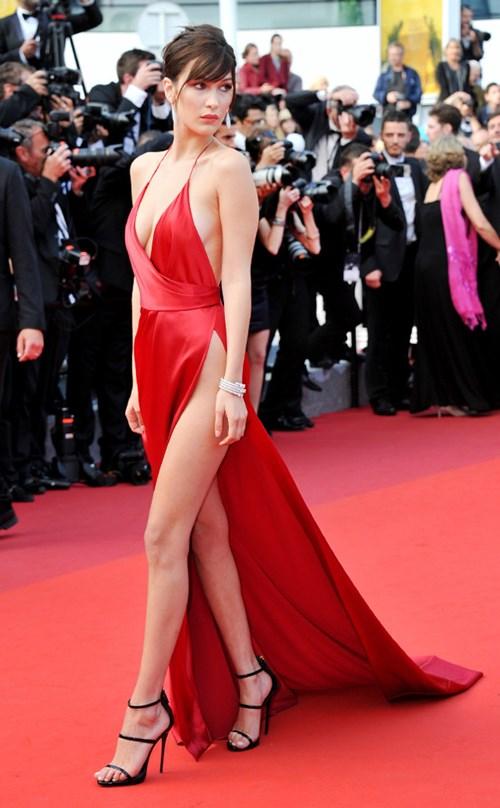 Siêu mẫu 19 tuổi gặp sự cố thời trang trên thảm đỏ cannes - 1