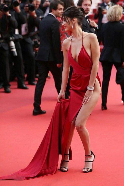 Siêu mẫu 19 tuổi gặp sự cố thời trang trên thảm đỏ cannes - 3