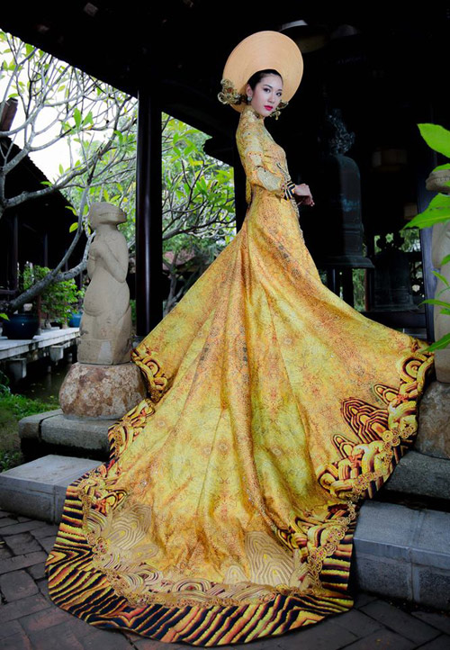 Váy hot nhất tuần áo dài đính rồng 1m2 của thúy vân - 1
