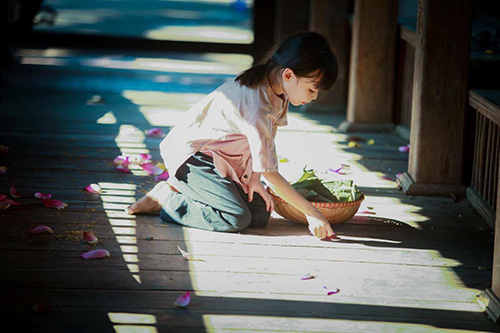 Vẻ đẹp trong trẻo của bé gái hà thành bên sen đầu mùa - 6