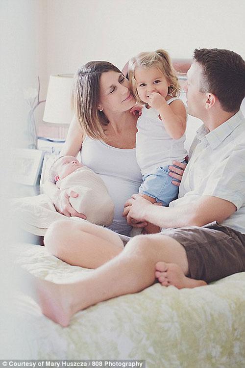 Xúc động cha mẹ đón con ung thư chào đời mà không cứu được