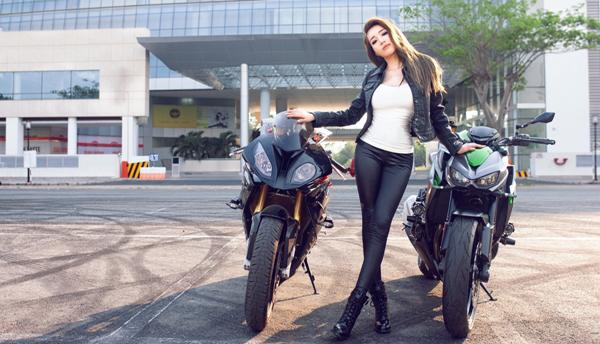 Elly trần thả dáng đầy gợi cảm bên cạnh bộ đôi xe mô tô khủng - 1