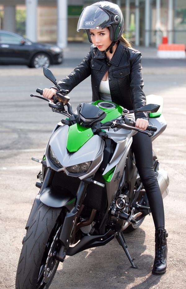 Elly trần thả dáng đầy gợi cảm bên cạnh bộ đôi xe mô tô khủng - 6
