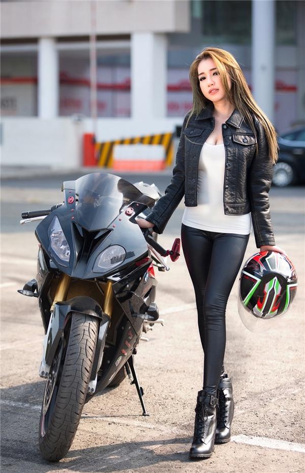 Elly trần thả dáng đầy gợi cảm bên cạnh bộ đôi xe mô tô khủng - 11