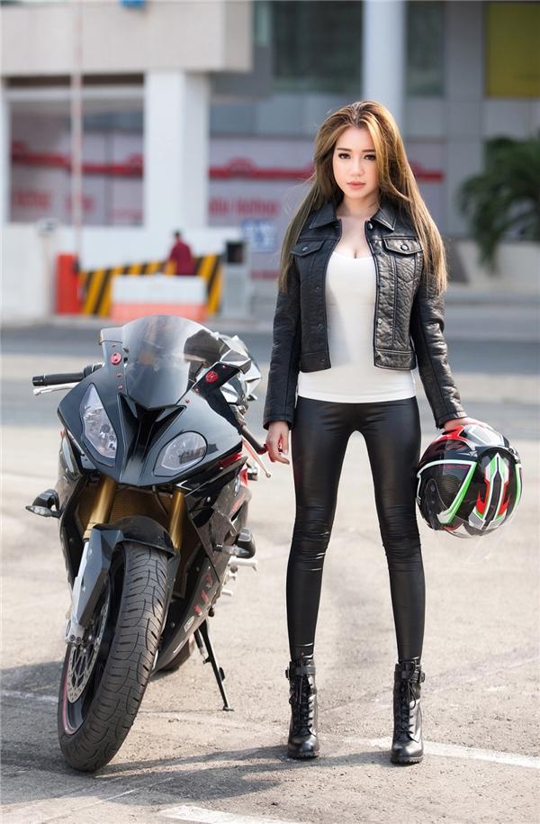 Elly trần thả dáng đầy gợi cảm bên cạnh bộ đôi xe mô tô khủng - 12