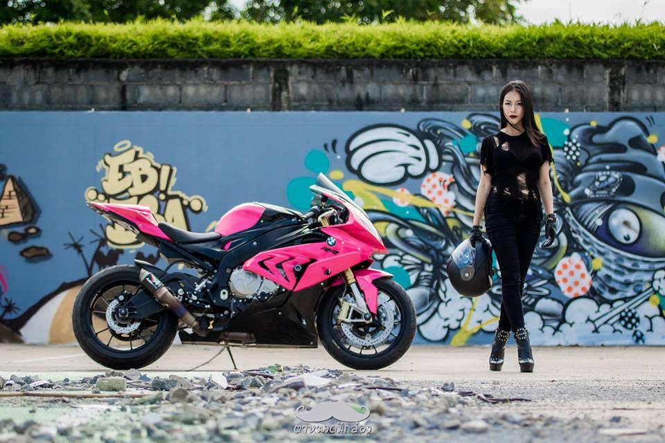 clip nữ biker quẩy khí thế bên cạnh chiếc bmw s1000rr 2015 màu hồng - 2