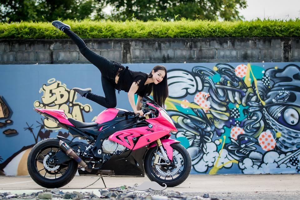clip nữ biker quẩy khí thế bên cạnh chiếc bmw s1000rr 2015 màu hồng - 3