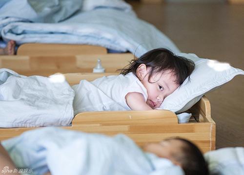 Em bé suýt tử vong vì người lớn không rửa tay trước khi bế - 1