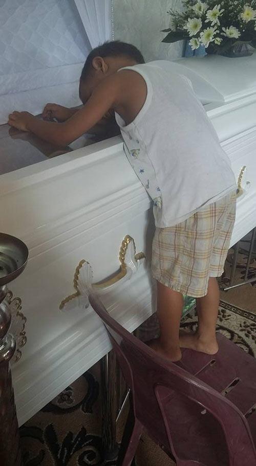 Hình ảnh bé trai bơ vơ ôm quan tài mẹ khiến triệu trái tim quặn đau - 2