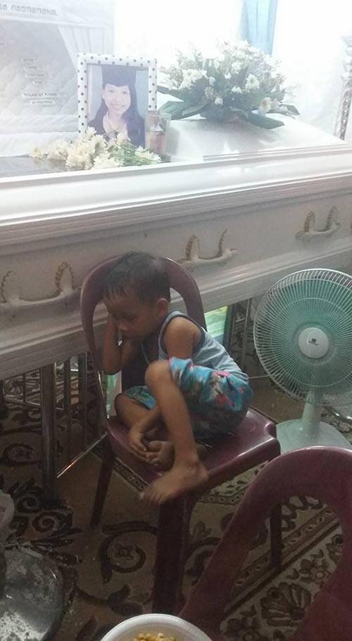 Hình ảnh bé trai bơ vơ ôm quan tài mẹ khiến triệu trái tim quặn đau - 5