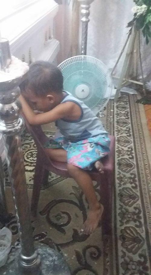 Hình ảnh bé trai bơ vơ ôm quan tài mẹ khiến triệu trái tim quặn đau - 7