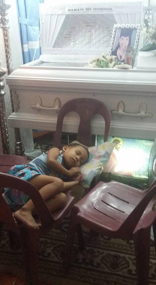 Hình ảnh bé trai bơ vơ ôm quan tài mẹ khiến triệu trái tim quặn đau - 8