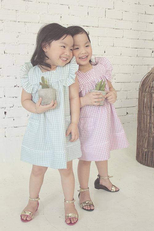 Ngắm hai cô nàng song sinh lũn chũn mặc váy hè tuyệt xinh - 1