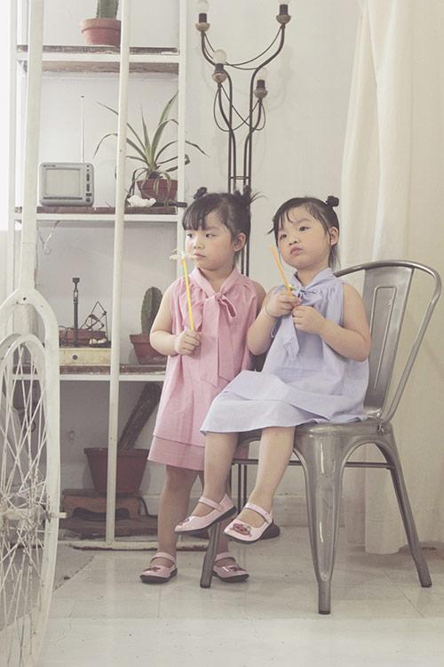 Ngắm hai cô nàng song sinh lũn chũn mặc váy hè tuyệt xinh - 4