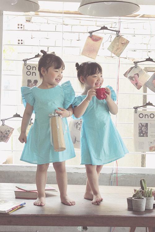 Ngắm hai cô nàng song sinh lũn chũn mặc váy hè tuyệt xinh - 6